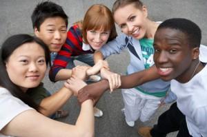 Jugendliche verschiedener ethnischer Gruppen stehen im Kreis