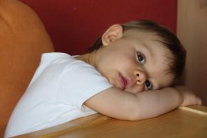 Kleinkind im Babystuhl