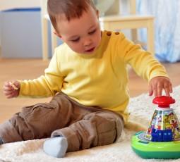 Der Spielspaß-Kreisel lädt Kinder ab neun Monaten ein, lustige Spiel- und Lernfunktionen zu Tieren, Fahrzeugen, Farben und Zahlen zu entdecken. Foto: djd/Ravensburger Spieleverlag
