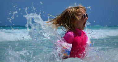 Kinderfüße schützen: Badeschuhe, Badeschlappen, Zehentrenner